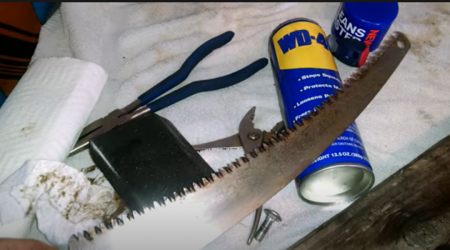 Tools clean rust of a saw blade